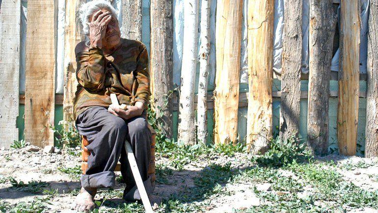 Denuncian abandono de una abuela en la toma 10 de Febrero