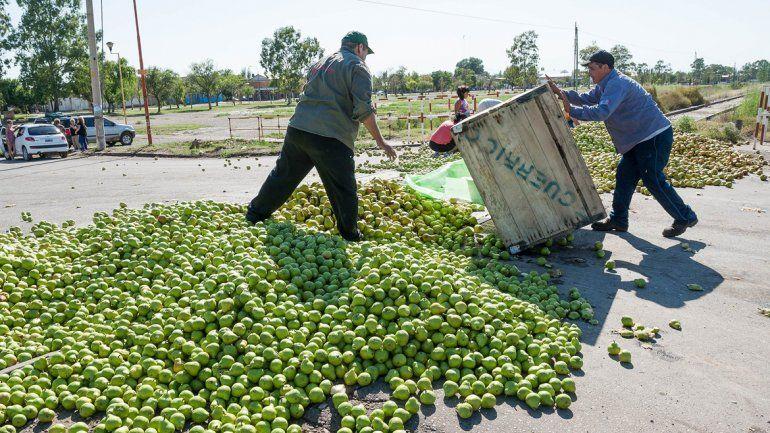 Los chacareros volverán a tirar fruta para que la gente la recoja. En esta oportunidad será un millón de kilos.