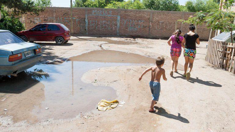 Los charcos de aguas servidas se extienden en los lugares comunes del plan de viviendas del barrio La Paz.