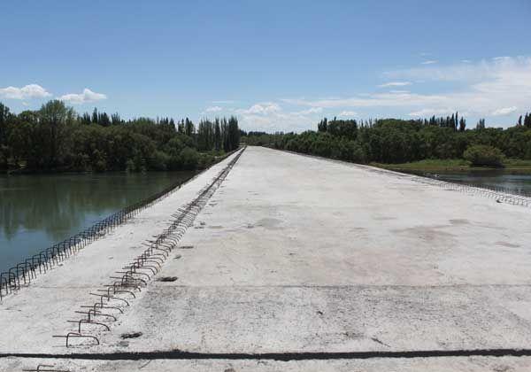 A casi 7 años de su inicio, el puente de la Isla Jordán luce en completo abandono
