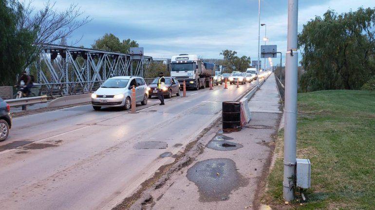 Caos de tránsito por los controles en el puente carretero