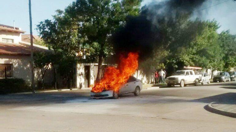 El taxi se prendió fuego en la esquina de Belgrano y Lavalle.