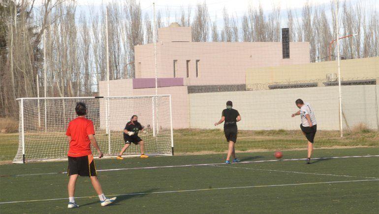 Permiten el tercer tiempo en el fútbol con amigos
