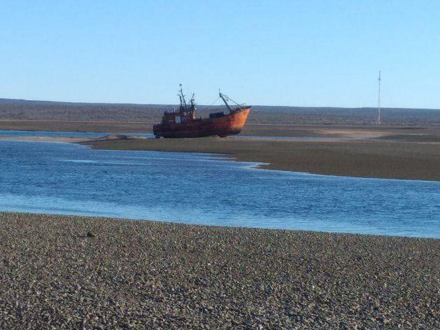 Momento en que empieza a subir la marea. El Mercedes F se pudo liberar.