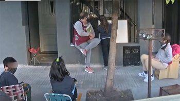 Una maestra le dio clases a niños en la vereda de su casa y se volvió viral