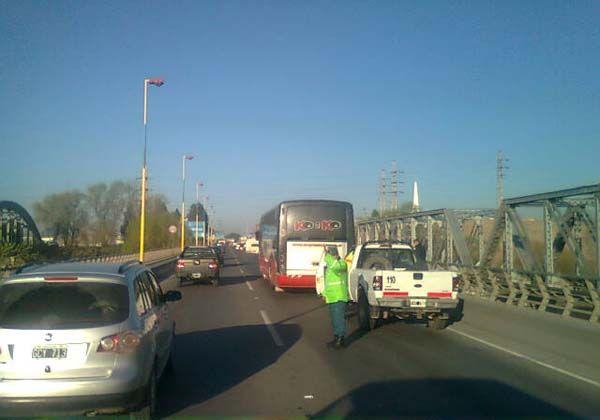 Un colectivo se rompió en el puente nuevo y generó caos vehicular