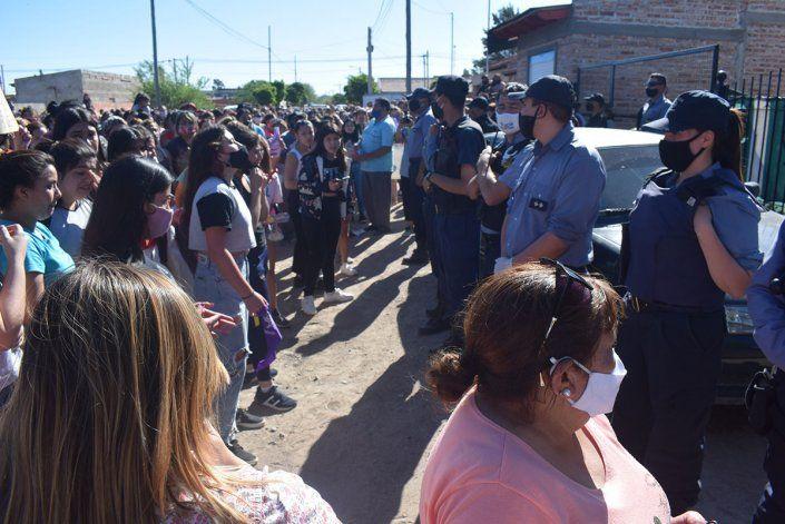 La policía custodió la casa cuando llegó la multitudinaria manifestación.