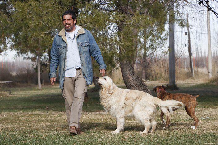 Dejó el mundo de los negocios para vivir en comunidad y cuidar perros en una chacra