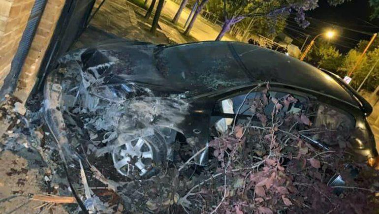 Policía perdió el control de su auto y se estrelló contra un portón