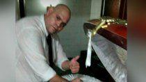 cayo el funebrero que se saco una foto con el cuerpo de maradona, y tenia mas