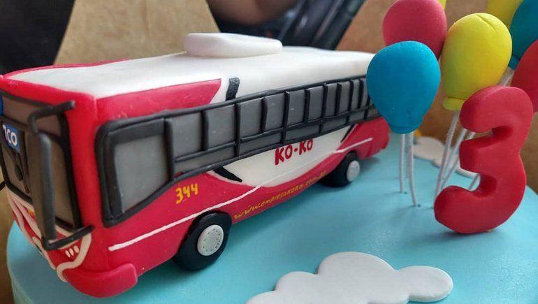 Mirko se emocionó al recibir la torta con una replica exacta de un colectivo Koko.