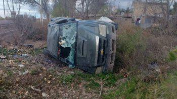 familia volco con su camioneta sobre la ruta 65 y se salvo de milagro