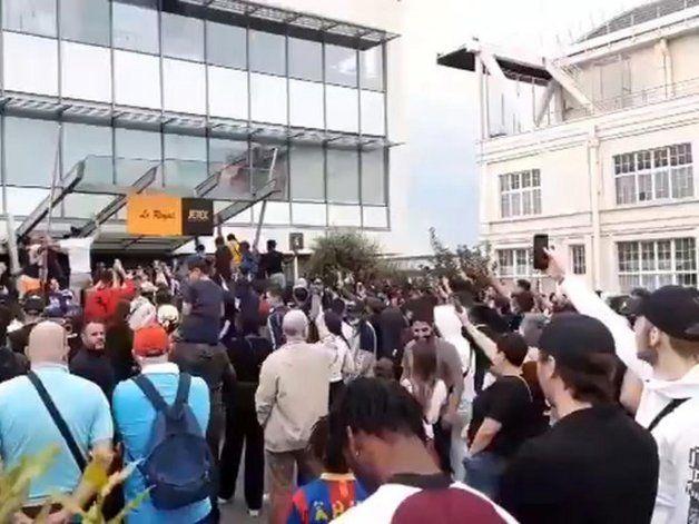 Video: locura en el aeropuerto parisino aguardando a Messi