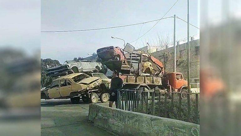 Como si nada, un camión transitaba en Allen con cinco autos apilados