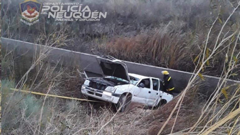 Robaron una camioneta y los atraparon tras caer a un canal de riego
