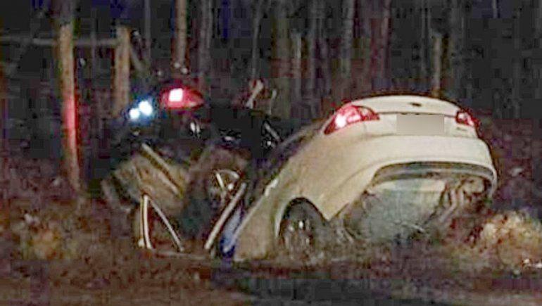 Dos autos perdieron el control y terminaron adentro de un desagüe