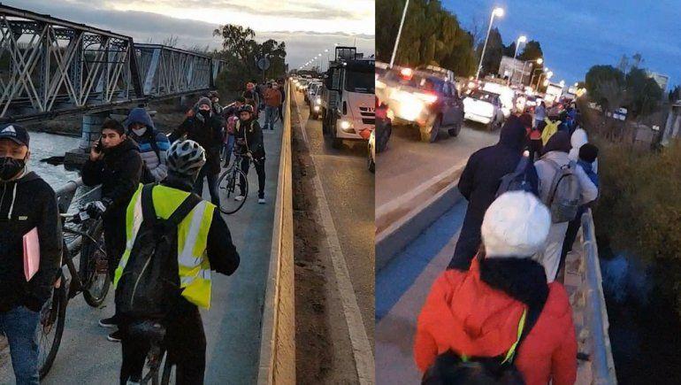 ¡Insólito! Hasta los ciclistas tienen su fila de más de 100 metros en los puentes