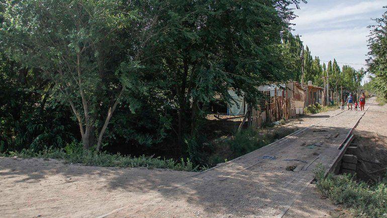 Deberán trasladar casas ubicadas sobre un canal
