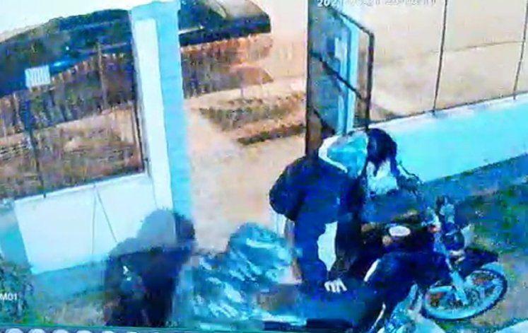 Dos mujeres lo encerraron en su casa y le robaron la moto - Captura vídeo