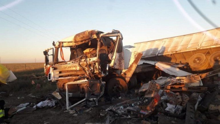 Un hombre murió en un brutal choque entre dos camiones