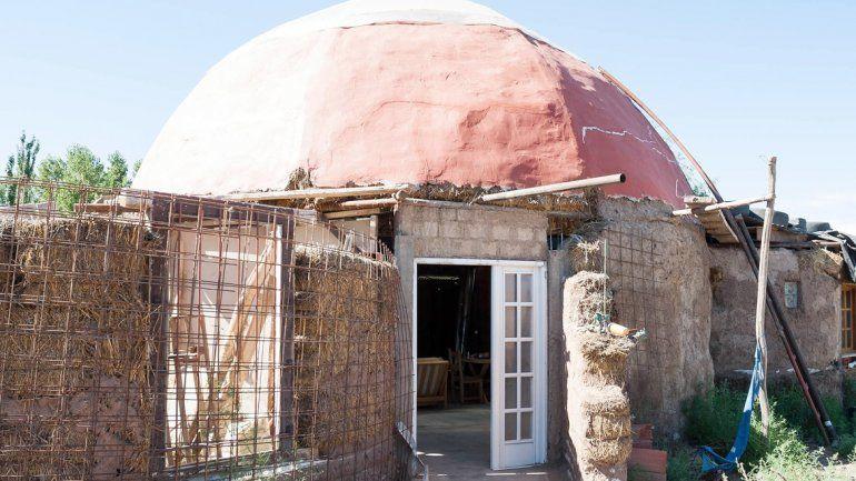 La llamativa vivienda iglú hecha íntegramente con barro se encuentra en el barrio ribereño Costa Norte.