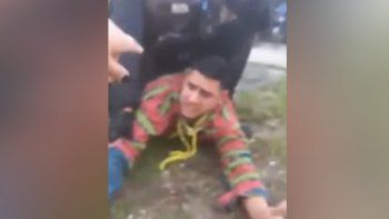 policia intento impedir el arresto de su sobrino y quedo grabada