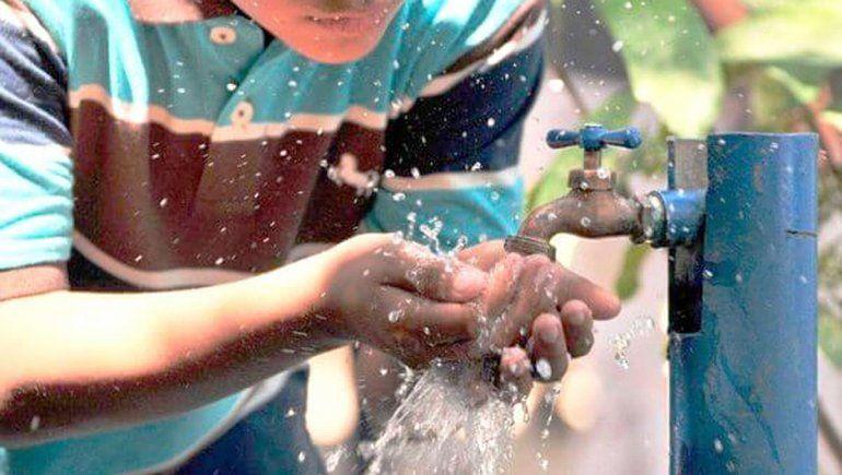 Sigue la turbiedad del río Negro y afecta el servicio de agua potable de Roca y Allen
