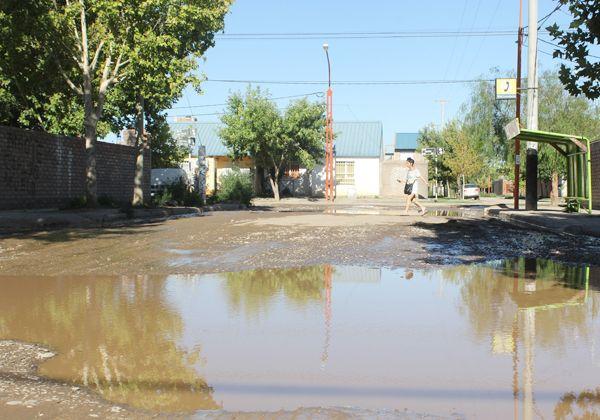 Grandes pozos en calle Capitán Gómez emanan mal olor y complican el tránsito