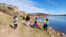 se unen para limpiar la costa del rio en la isla jordan