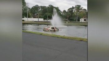 escapaba en su auto y cayo a un lago: sus hijos casi mueren