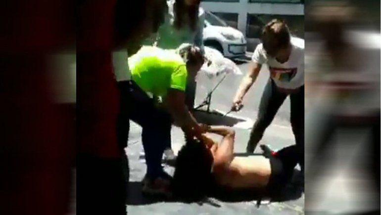 Video: lincharon a una mechera y la desnudaron en la calle
