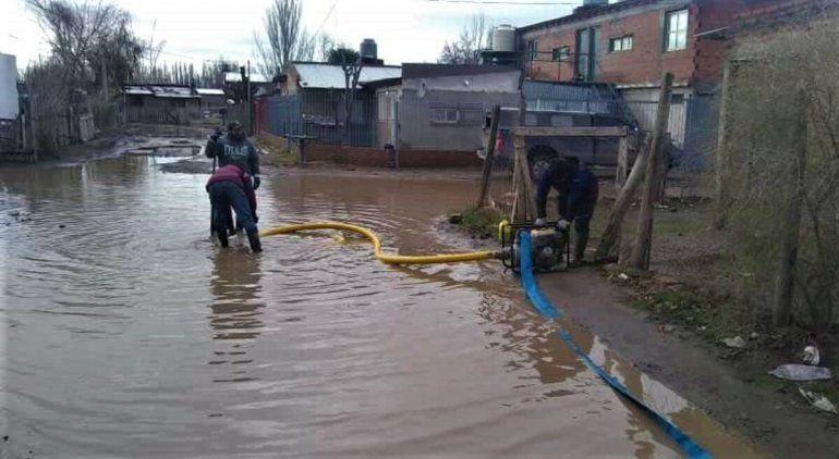Vecinos se juntaron para sacar el agua del temporal