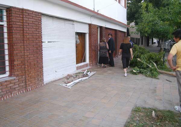 Un auto terminó incrustado en una casa ubicada en Italia y 9 de Julio
