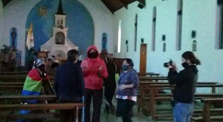 Mapuches ocuparon una iglesia, agredieron al cura y tomaron rehenes