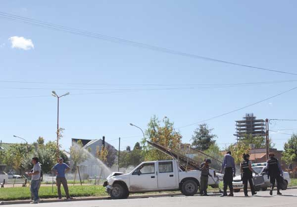 Camioneta dañada tras choque de autos