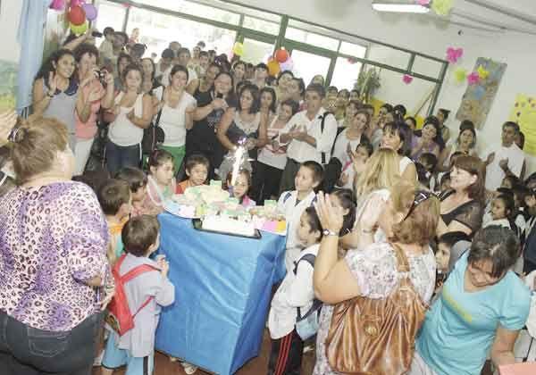 Emotivo festejo de cumpleaños del colegio del barrio La Paz