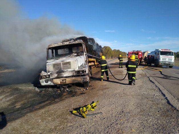 Un camión y su carga se quemaron por completo
