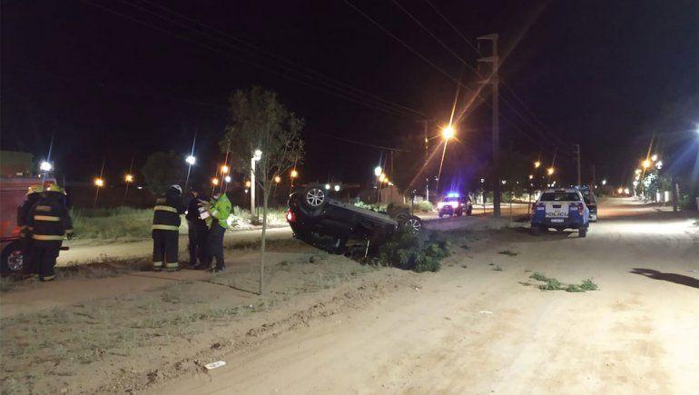 Murió al volcar con su auto en plena avenida en Plaza Huincul