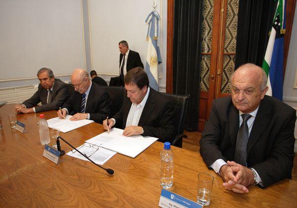 Weretilneck firmó convenios con el CFI