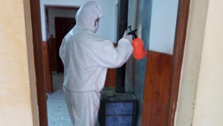 Desinfectan las comisarías y entregan insumos