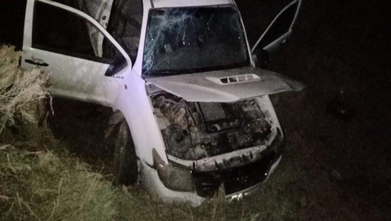 Se le rompió un neumático, perdió el control y volcó sobre la Ruta 151