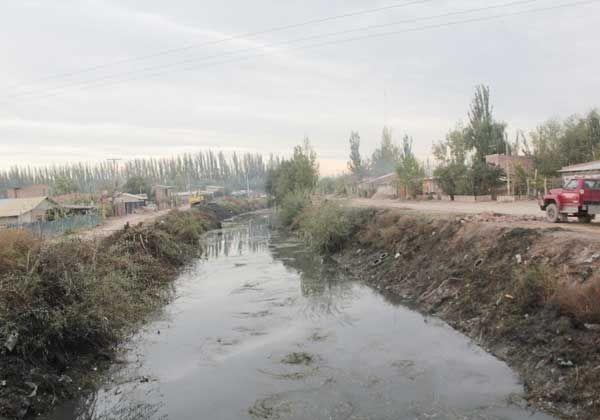 Empezaron a limpiar el canal de desagüe pluvial P2