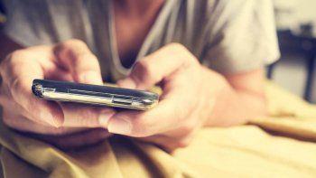 Va preso por revisarle los mensajes del celular a su ex