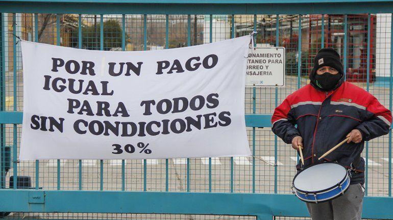 Trabajadores realizaron una protesta frente a la papelera Sanovo