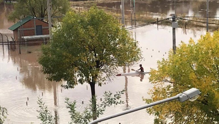 Aprovechó la lluvia y salió a andar en kayak por las calles de Neuquén