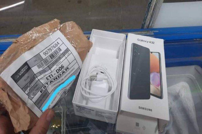 Indignante: compró dos celulares y el paquete le llegó vacío