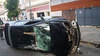 Una descontrolada chocó, volcó y mordió a policías