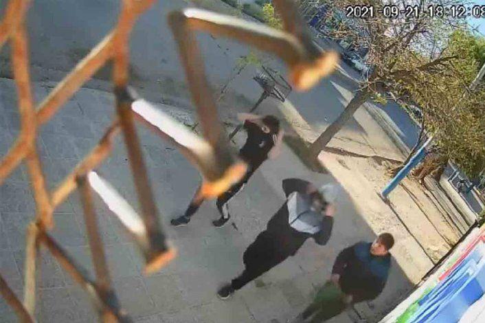 Video: empleada echó a empujones a los ladrones de un comercio