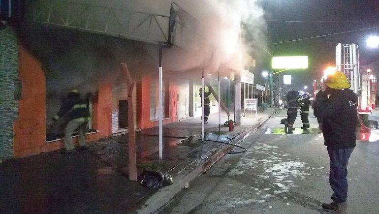 El fuego destruyó un local comercial en Cinco Saltos