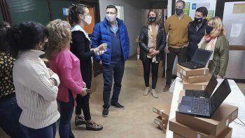 Tracchia anunció 500 computadoras para proyectos educativos escolares, y se reunió con dirigentes de la Unter local.